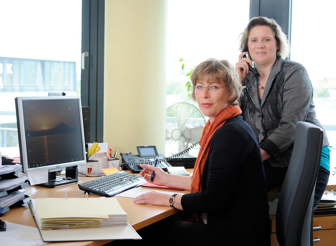 Zwei Mitarbeiterinnen von LohnDialog des Bereichs Baulohn im Büro.